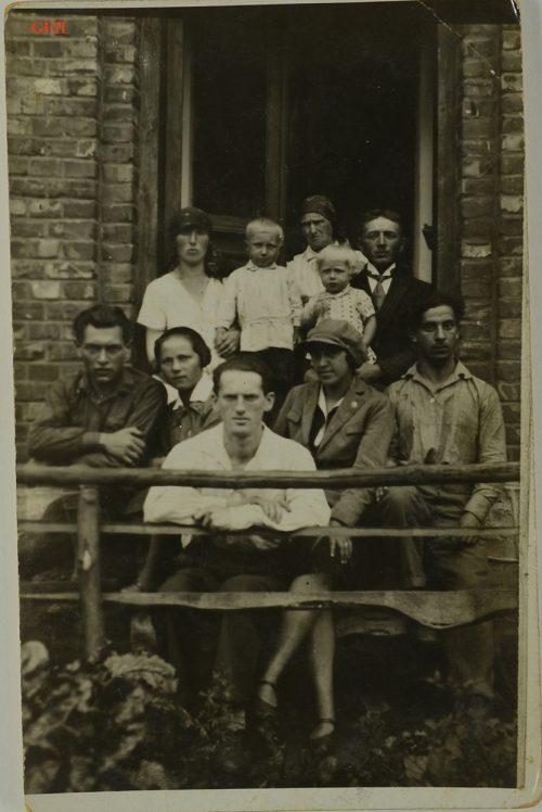 <p>Pięcioro młodych Żydów w Polsce, prawdopodobnie z wizytą u rodziny wiejskich gospodarzy. Zdjęcie wykonano w latach 30. XX wieku.<br /> Arie Liwer (z przodu)</p> <p><small>Ghetto Fighters' House Archives, Izrael</small></p>