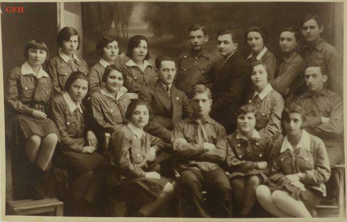 <p>Młodzi Żydzi w Polsce w latach 30. XX wieku, prawdopodobnie członkowie Gordonii. Arie Liwer (w środku)</p> <p><small>Ghetto Fighters' House Archives, Izrael</small></p>