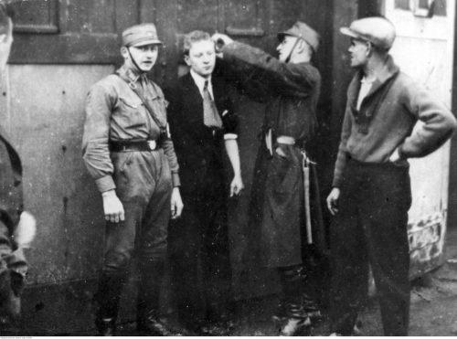 <p>Funkcjonariusz SA przystrzyga włosy młodemu Żydowi</p> <p><small>Narodowe Archiwum Cyfrowe</small></p>