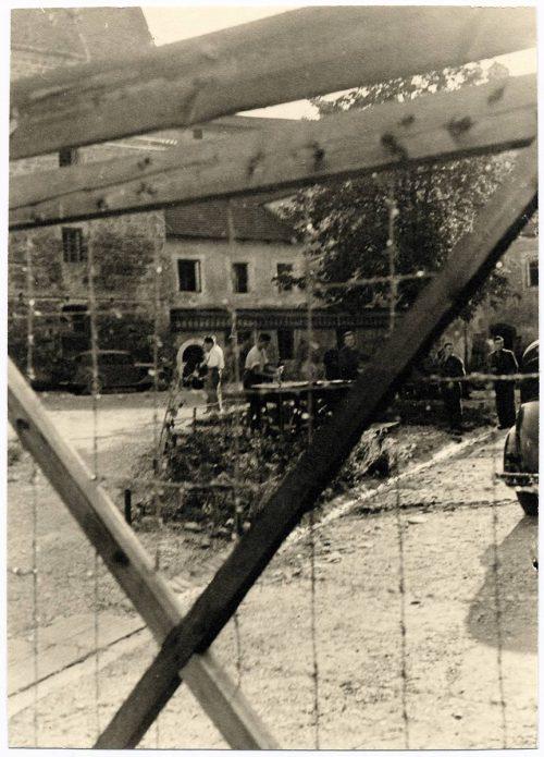 <p>Tittmoning. Ilag, obóz jeniecki. Widok wnętrza obozu</p> <p><small>copyright International Committee of the Red Cross ICRC, 12/10/1942, War 1939-1945, V-P-HIST-02295-10</small></p>